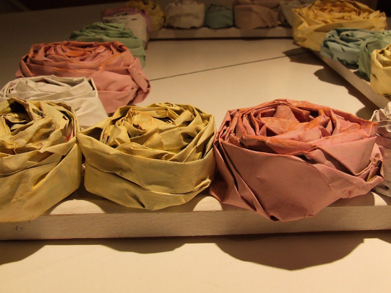 Как плести цветы, розы из газет своими руками 18